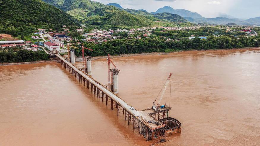 Nahe des Städtchens Luang Prabang entsteht eine Brücke über den Mekong. © Liu Ailun Xinhua/eyevine/laif